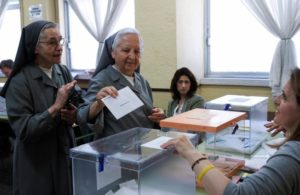 GRAF8564. MADRID, 26/05/2019.- Dos monjas votan este domingo en el instituto de enseñanza secundaria Lópe de Vega de Madrid. EFE/Luca Piergiovanni