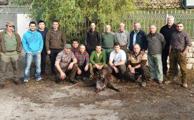 El grupo lavianés que capitanea Daniel Revuelta, con sus capturas en el lote piloñés de Cereceda. :: Asdeca