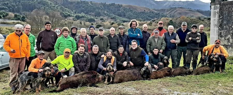 La cuadrilla llanisca que gestiona Manolín García Granda consiguíó abatir cinco jabalíes en el lote de La Mar. :: V. B. A.