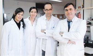 El científico con algunos de sus colaboradores. Por la izquierda: Noemí Eiró, Belén Fernández y Luis Ovidio González.