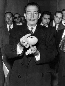 EL ARTE Y LA BIOLOGÍA: Barcelona 12-11-1957.- Salvador Dalí muestra a cámara un erizo de mar, objeto de la conferencia de prensa, organizada en el auditorio de Radio Nacional por la Revista Literaria de los Médicos, en la que explicó la capacidad de estos equinodermos marinos para realizar auténticas obras de arte. EFE/Carlos Pérez de Rozas/yv Fototeca Paloma Jose Julio