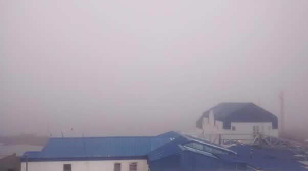 la-base-con-niebla